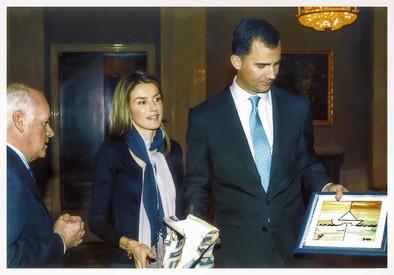 SAR los Príncipes de Asturias muestran el logotipo del Club de Empresarios Estela